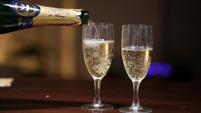 insaugapouring_champagne